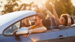 Junge Menschen fahren in einem Cabrio
