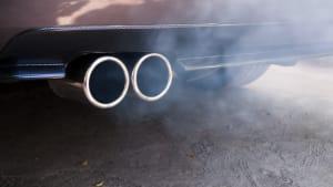 Rauch kommt aus einem Auto-Auspuff