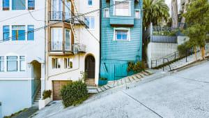 Schöner Blick auf die historischen Wohngebäude in der berühmten Filbert Street in San Francisco