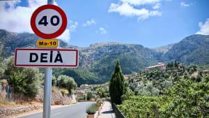 Verkehrsschild mit Tempolimit auf Mallorca