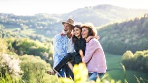 Opa und Oma wandern mit dem Enkel in den bayerischen Bergen
