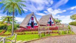 Traditionelle bunt gestrichene Reetdachhäuser aus Madeira