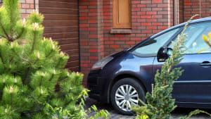 Auto steht vor einer Garage