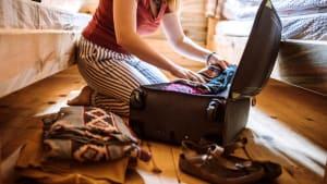 Frau packt einen Koffer