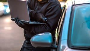 Mann bricht mit Keyless Schlüssel in Auto ein