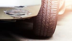 Schaden an der Stoßstange eines Autos
