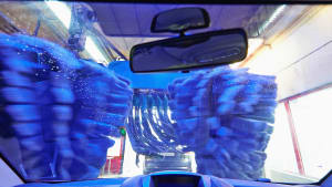 Ein Auto fährt durch eine Waschanlage