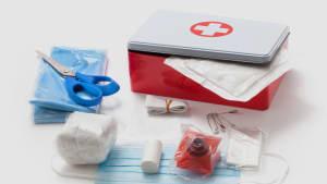 Verbandkasten mit medizinischer Maske Schere Mullbinden und weiteren medizinischen Utensilien