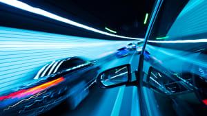 Schwarzes Auto überholt ein anderes in einem Tunnel