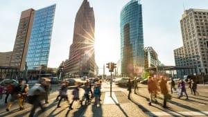 Fußgänger auf dem Potsdamer Platz in Berlin im Gegenlicht