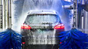Auto wird in der Waschanlage gereinigt