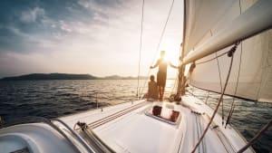 Ein Paar auf einem Segelboot im Sonnentuntergang
