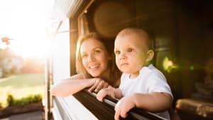 Mutter und Baby schauen aus Wohmobilfenster
