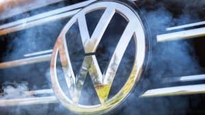 VW-Emblem im Rauch von Abgasen