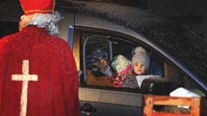 Nikolaus verteilt Geschenke an Kinder bei Nikolaus-Drive-In