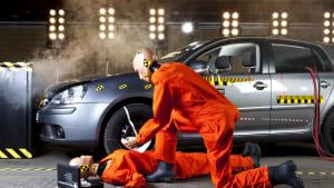 zwei Dummies stellen eine Erste Hilfe Situation in einer Crashanlage nach