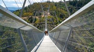 Zwei Menschen gehen über die 516 Arouca Hängebrücke im Norden Portugals