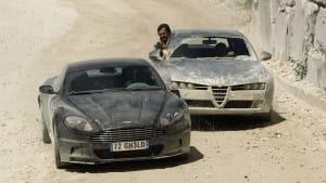 Verfolgungsszene mit zwei Autos aus einem James Bond Film