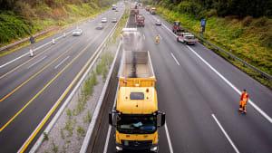 Eine Fräse ist bei Arbeiten auf der Autobahn 2 im Einsatz