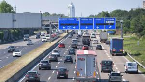 Viel Verkehr am Autobahnende der A9 kurz vor München