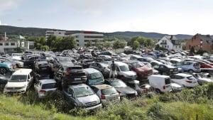 Ein Schrottplatz mit vielen Autos im Ahrtal