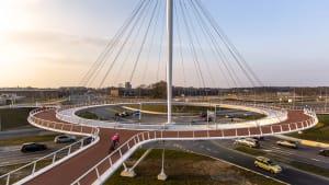 Der Hovenring in Eindhoven ist eine schwebender Kreisverkehr mit einem Radschnellweg