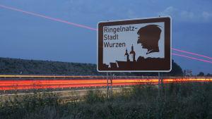 Das braune Tourismus-Schild der Stadt Wurzen an der Autobahn.