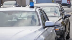 Autos der Zivilpolizei stehen auf einer Strasse