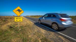 Ein Auto fährt in Australien auf der Landstrasse