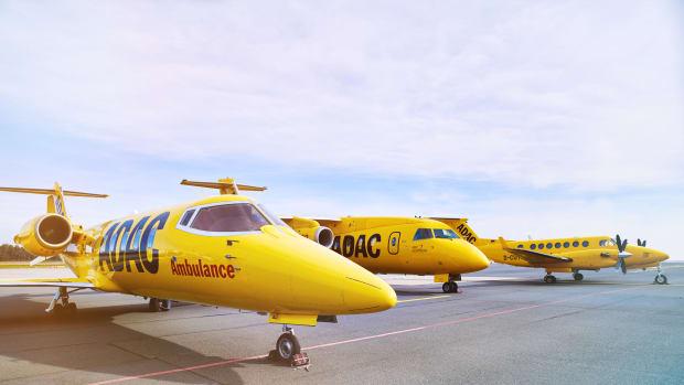 ADAC Ambulanz-Service, drei ADAC Ambulance-Flugzeuge (alle im typischen ADACgelb) stehen nebeneinander auf einem Rollfeld