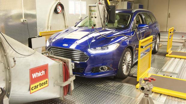 Ein Ford Mondeo auf dem Prüfstand