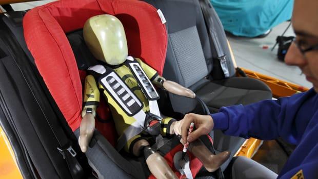 ein Kindersitz wird getestet