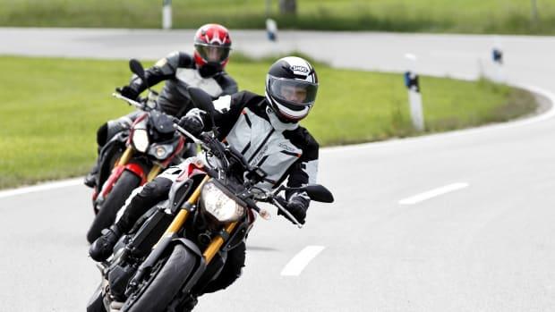 zwei Motorräder im Test