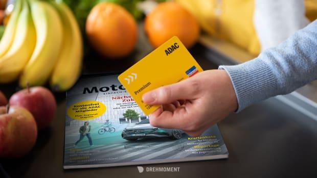 ADAC Premium Karte vor der ADAC Motorwelt Premium