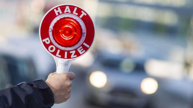 Polizei hält einen Autofahrer an