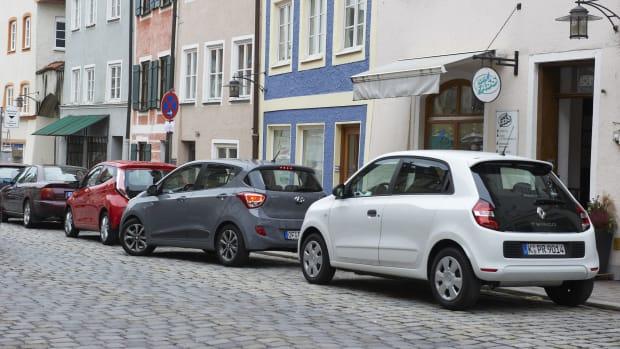 Parkende Autos in einer Stadt