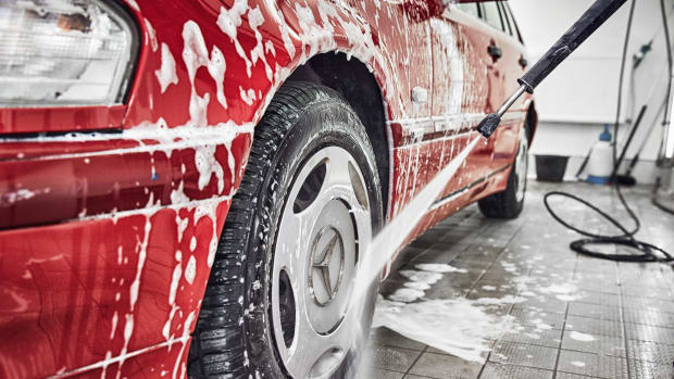 Ein roter Mercedes wird gewaschen