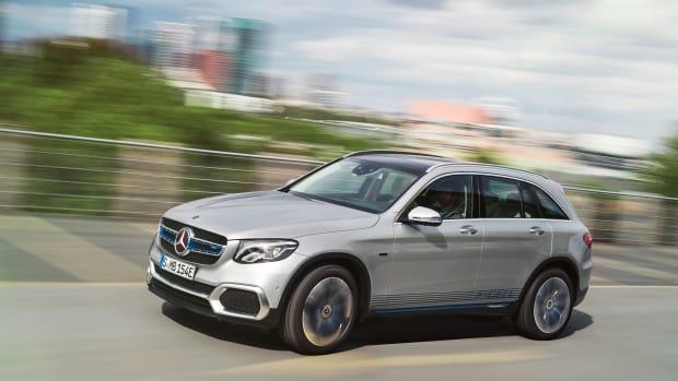 Silberner Mercedes GLC F-Cell faehrt auf Strasse