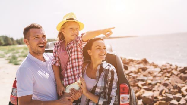 Familie reist mit dem Auto in den Sommerurlaub