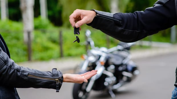 Ein Motorrad wird verkauft