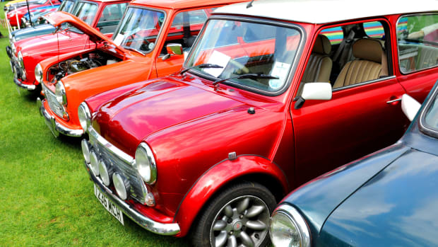 Eine Reihe bunter Mini Cooper stehen zum Verkauf