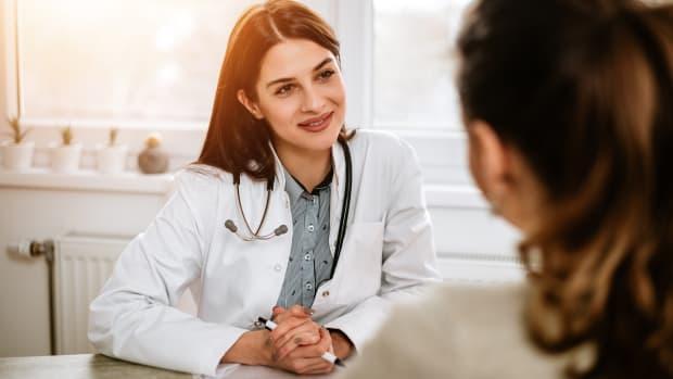 Eine Ärztin im Gespräch mit einer Patientin