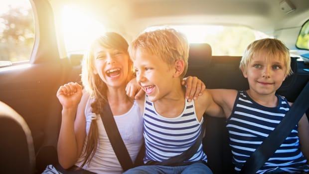Drei Kinder auf dem Rücksitz eines Autos
