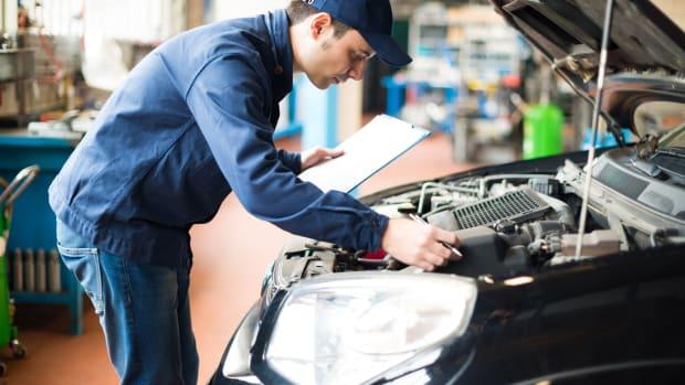 Ein Mechaniker arbeitet an einem Auto in einer Werkstatt