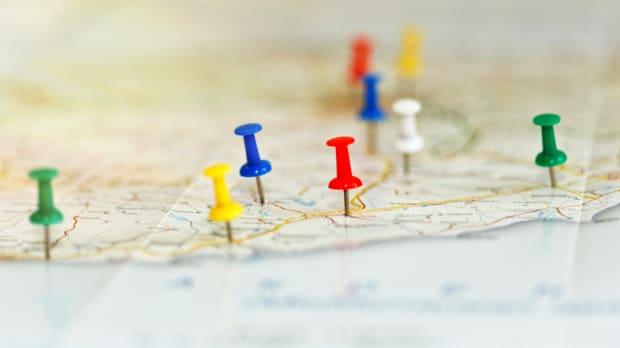 Eine Landkarte mit Pinnadeln versehen, die eine Route markieren
