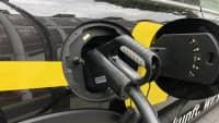 E-Auto lädt mit Ladekabel