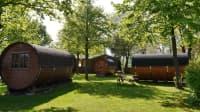 Gemütliche Holzfässer im Ferien- und Campingpark Wisseler See