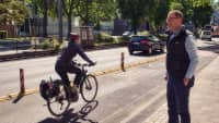 ADAC Mobilitätsexperte Prof. Dr. Roman Suthold beobachtet den geschützten Radverkehr in Köln
