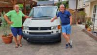 zwei Männer stehen vor einem Volkswagen T4