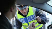 Ein Fahranfänger wird von der Polizei kontrolliert